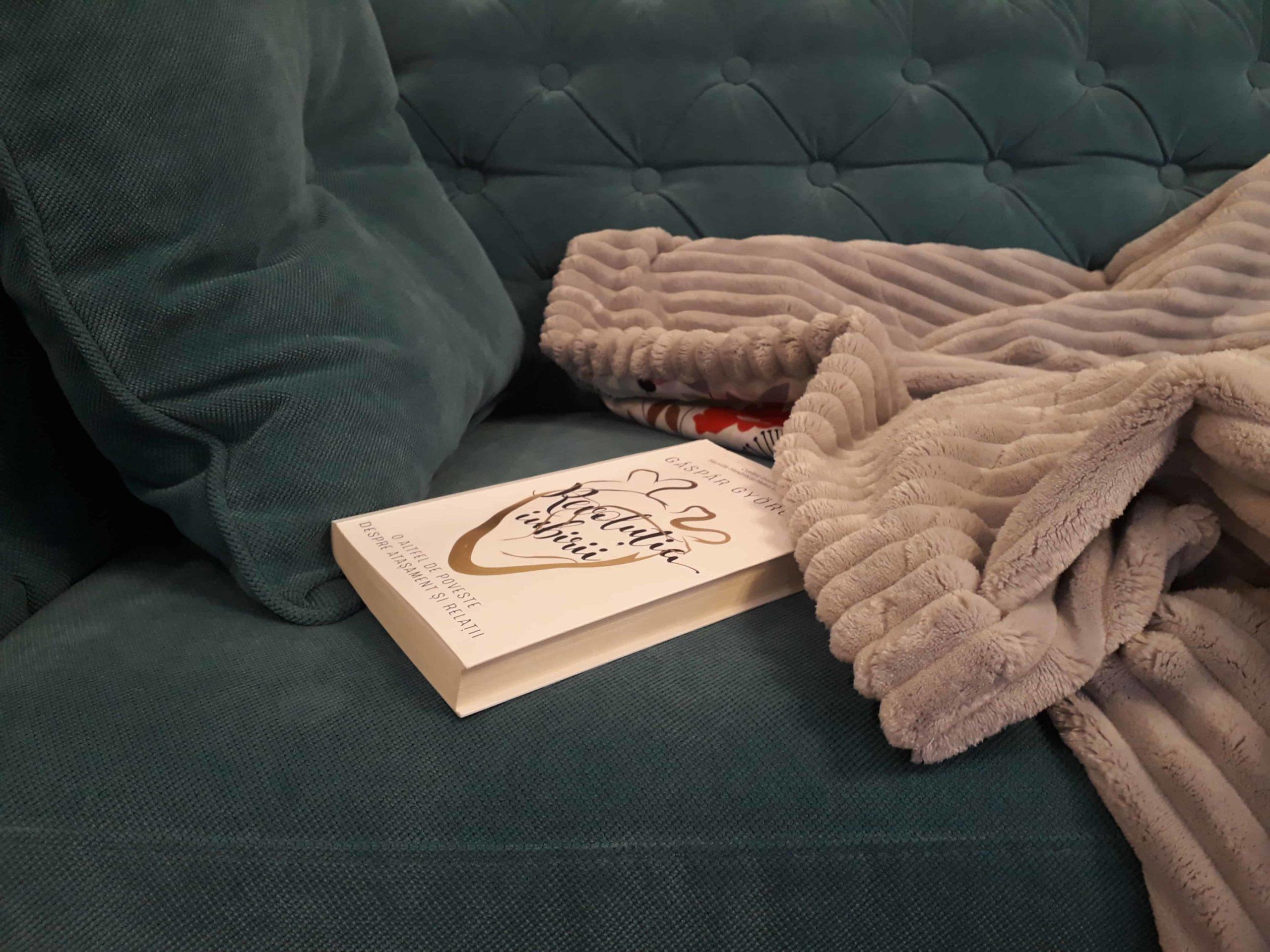 patura gri plush minky pe canapea turcuaz